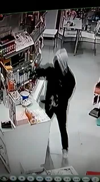Atraco a punta de pistola en una farmacia de Las Palmeras