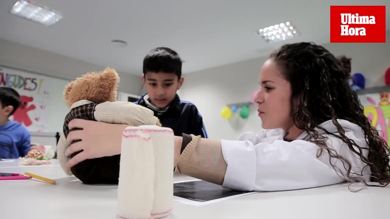 Alumnos de la Facultad de Medicina de la UIB acercan la imagen de los hospitales a los escolares