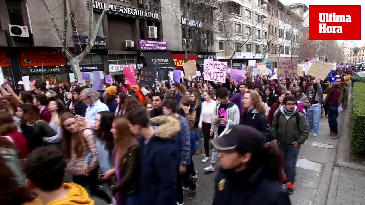 Varios miles de estudiantes claman por los derechos de la mujer en Palma