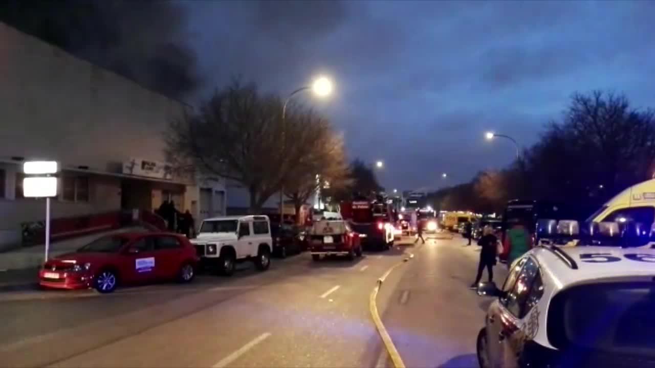 Los Bomberos intervienen en un incendio en el almacén de Palma Jump en Son Valentí