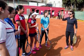 24 jóvenes del Tenis Club Ibiza participan en un 'clinic' con Nuria Llagostera