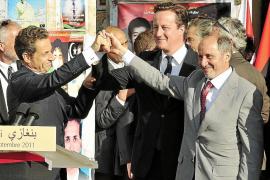 Baño de masas de Sarkozy y Cameron en una fugaz visita a Libia