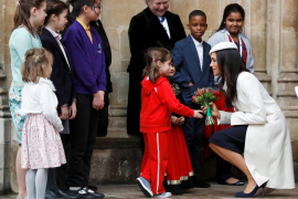 Meghan Markle participa en su primer acto oficial junto a la reina Isabel II