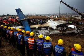 Encuentran la caja negra del avión estrellado en el aeropuerto de Katmandú