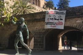 Arran cuelga una pancarta en Palma en la que califica a Pericay, Bauzá y Campos de «fascistas»