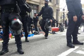 Protestas y encadenados en Barcelona por los «desorbitados precios» en la universidad