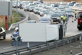 El vuelco de un camión provoca retenciones en la vía de cintura de Palma