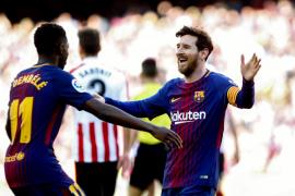 El delantero argentino del FC Barcelona, Lionel Messi (d), celebra su gol con el delantero francés Dembélé (i)