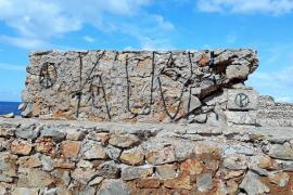 Hallan e investigan más pintadas en monumentos de Menorca