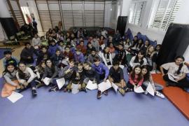 Miembros de la Peña Deportiva visitan el CEIP Santa Eulària