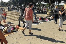 PSOE, Més y Podem reclaman a Madrid la despenalización de la venta ambulante ilegal