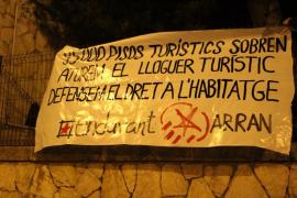 Endavant y Arran cuelgan un pancarta en una sede del Consell contra el alquiler turístico