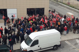 Unas 200 personas se concentran en Palma contra la «descapitalización» y las «externalizaciones» de Endesa
