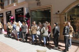 Largas colas por la apertura de una tienda en Palma