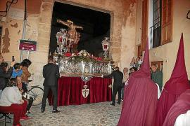Una procesión del Lunes Santo con doble recorrido