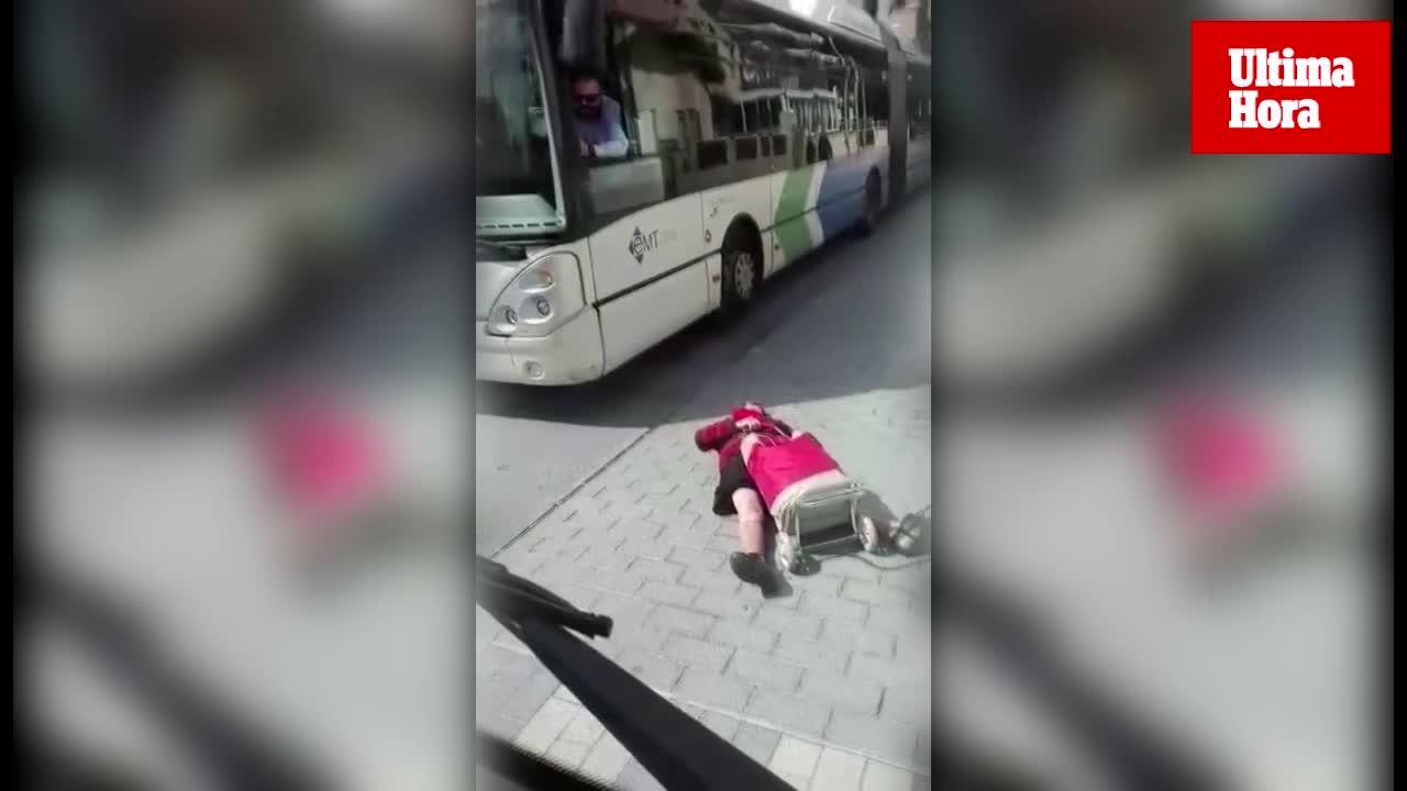 Una mujer se tumba en la calzada y paraliza el tráfico en la Playa de Palma