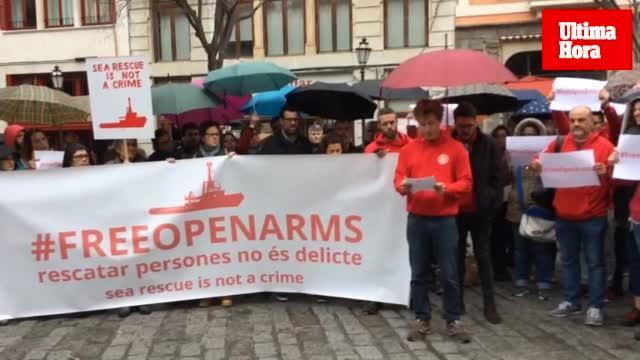 Medio centenar de personas se concentran en apoyo a ProActiva OpenArms