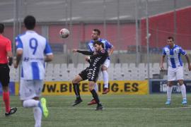 El Atlético Baleares no puede con la Peña y pone un pie en Tercera División