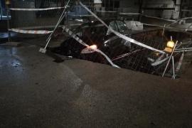 Identifican a la propietaria del coche que cayó en un socavón en Can Valero
