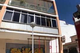 Los Bomberos de Palma apuntalan las terrazas de un edificio por peligro de derrumbe