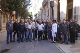 Un grupo de trabajadores de Megapark traslada su queja a las puertas del Parlament