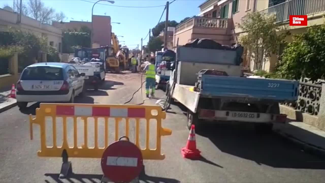 Una fuga de agua en Son Ferriol provoca un socavón y engulle un coche