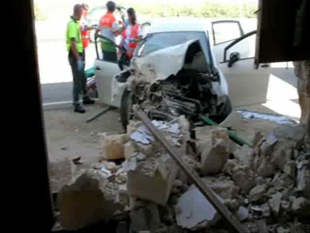 Un yonqui pierde el control de su coche y se estrella contra una vivienda en Casablanca