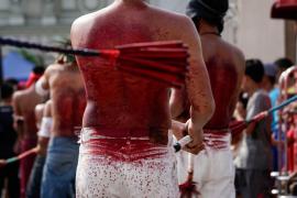 Miles de devotos practican los sangrientos ritos del Jueves Santo en Filipinas