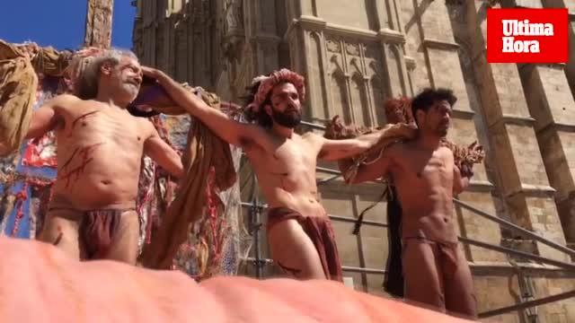 El buen tiempo acompaña al emotivo 'Via Crucis' de Llorenç Moyà frente a la Catedral de Mallorca