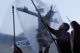 La lluvia desluce la procesión del Sant Enterrament en Palma