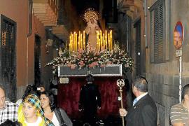 La procesión de Nuestra Señora de las  Angustias sale a la calle por primera vez