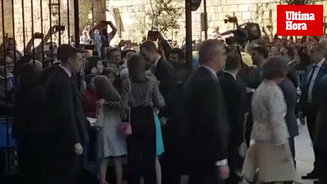 Baño de masas, «¡vivan los Reyes!» y vítores para don Juan Carlos