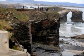 Muere una chica de 25 años al desprenderse una piedra en la playa de las Catedrales