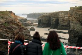 La playa de las Catedrales, en Ribadeo (Lugo) permanece cerrada