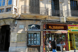 Los letreros de plástico invaden las fachadas del casco histórico de Palma