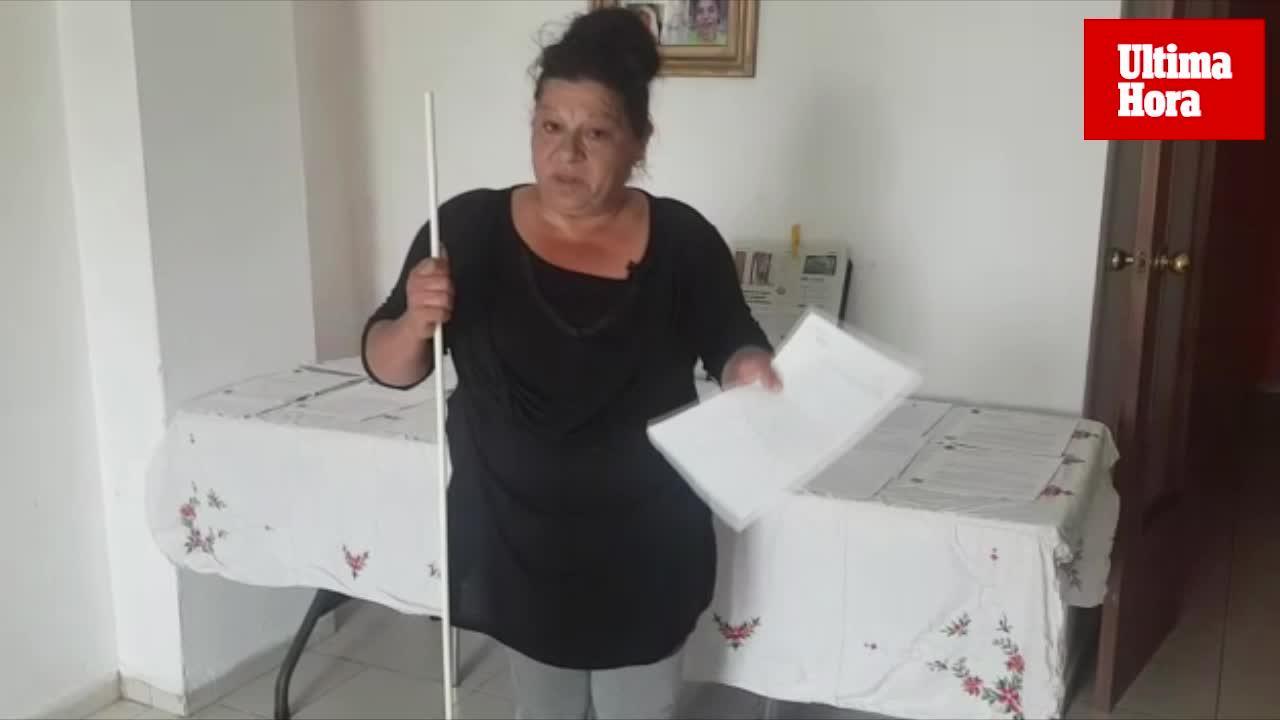 Una vecina del Molinar tira una barra de hierro a una familia desde un quinto piso