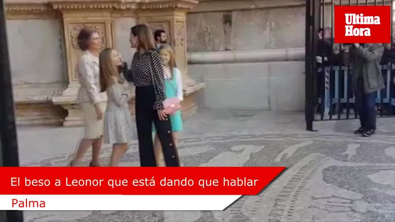 Doña Sofía besa a Leonor en la frente y ¿la reina Letizia se lo limpia?