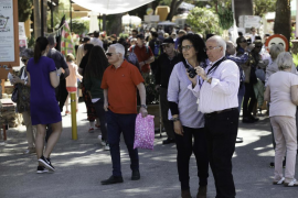 Mucho público en el Hippy Market de Punta Arabí