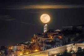 Luna sobre la catedral