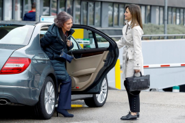 Las reinas Letizia y Sofía acuden juntas a visitar al rey Juan Carlos