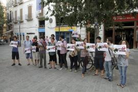 Una veintena de jóvenes pide la dimisión de Isern por el cierre de los Casales de Juventud