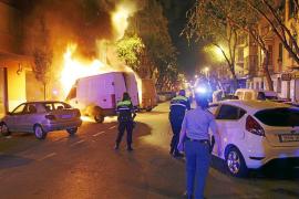 Un incendio calcina de madrugada una furgoneta, dos coches y dos motos en una calle de Palma