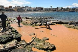 Comienzan a succionar los fangos vertidos al mar desde una obra en Es Clot de Alcúdia
