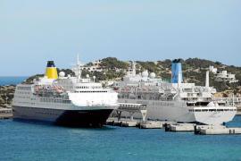 El muelle de Botafoc acogió ayer a dos cruceros de forma simultánea