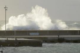 La mala mar obliga a cerrar los puertos de Mahón y Ciutadella