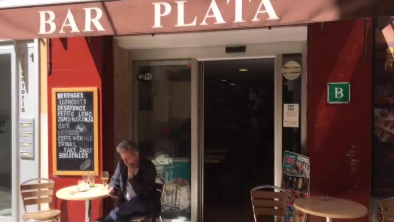 Tolo Serra regenta el Bar Plata: «Te tienes que enamorar de un negocio así para poder llevarlo»