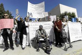 Familiares de pacientes de Cas Serres acusan al Consell de no informarles de la situación del centro
