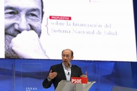 Rubalcaba propone subir los impuestos del tabaco y el alcohol para financiar la sanidad