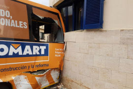 Un minibús se estrella contra una vivienda en Andratx