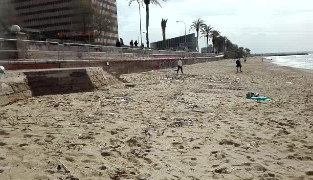 Denuncian la aparición de numerosas jeringuillas usadas en la playa de Can Pere Antoni